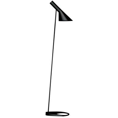 AJ gulvlampe fra Louis Poulsen, design Arne Jacobsen.AJ Golv har en skærm med en asymetrisk form som gir lampen dets karakteristiske lysbillede. Skærmen kan vippes. Lampefoden har et hul som forhøjer elegansen og letheden i lampens design. Designsprogets unikke kvaliteter har gjort denne lampe til en tidsløs og moderne klassiker.Historien bag produktet:De blev tegnet 1960 til Radisson Blu Royal Hotel, tidligere SAS Royal Hotel, i København og var en del af det totale design koncept for hotellet. Flere af produkterne som togs frem til hotellet er idag design-ikoner og i belysningsindustrien er AJ-lamperne blevet verdenskendte. I forbindelse med 50-års jubilæet af Arne Jacobsens ikoniske AJ-lamper lanseredes hele serien i 5 nye farver baseret på hans eget farvekoncetp.