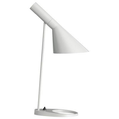 AJ bordlampe fra Louis Poulsen, design Arne Jacobsen.AJ Bord har en skærm med en asymetrisk form som gir lampen dets karakteristiske lysbillede. Skærmen kan vippes. Lampefoden har et hul som forhøjer elegansen og letheden i lampens design. Designsprogets unikke kvaliteter har gjort denne lampe til en tidsløs og moderne klassiker.Historien bag produktet:De blev tegnet 1960 til Radisson Blu Royal Hotel, tidligere SAS Royal Hotel, i København og var en del af det totale design koncept for hotellet. Flere af produkterne som togs frem til hotellet er idag design-ikoner og i belysningsindustrien er AJ-lamperne blevet verdenskendte. I forbindelse med 50-års jubilæet af Arne Jacobsens ikoniske AJ-lamper lanseredes hele serien i 5 nye farver baseret på hans eget farvekoncetp.