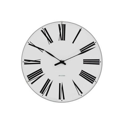 AJ Roman Clock 210 ur fra Rosendahl. Design Arne Jacobsen. En ung Arne Jacobsen tegner AJ Roman Clock til Rådhuset i Århus 1942. Klassisk grafisk formgivning får Roman Clock til at blænde med sin overlegne eleganse.Roman Clock er en af tre unikke vægure i original designet af Arne Jacobsen til tre vigtige bygninger i Danmark. Rosendahl har nu genskabt væguret helt ifølge Arne Jacobsens tegninger.Roman Clock fås i flere størrelser.