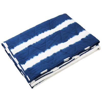 Marari sengetæppe fra Chhatwal & Jonsson. Et sengetæppe er en stor del af indretningen og dette vil blive en perfekt detalje i soveværelset. Marari sengetæppe har et flot stribet mønster i hvidt og blåt med diffuse linjer som giver en maritim fornemmelse. Sengetæppet er fremstillet af økologisk bomuld og passer sammen med helfarvet sengetøj i blåt eller hvidt.