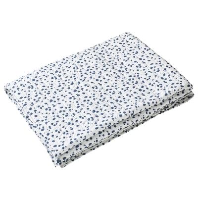 Tiger Dot sengetæppe fra Chhatwal & Jonsson. Et sengetæppe med dekorative små blå prikker som mønster. Dette sengetæppe bliver en ekstra detalje i soveværelset og en flot detalje. Vigtigt at ikke glemme at sengen er et møbel at dekorere. Sengetæppet er fremstillet af økologisk bomuld.