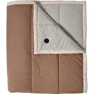Tenji sengetæppe fra OYOY. Et flot sengetæppe med fint mønster i flotte farver. Sengetæppet er fremstillet i 100 % økologisk bomuld fyldt med polyester, Gør dit soveværelse moderne og stylet med dette stilrene sengetæppe. 260x260 cm, passer til en dobbelseng.
