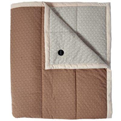 Tenji sengetæppe fra OYOY. Et flot sengetæppe med fint mønster i flotte farver. Sengetæppet er fremstillet i 100 % økologisk bomuld fyldt med polyester, Gør dit soveværelse moderne og stylet med dette stilrene sengetæppe. 140x200 cm, passer til en enkelseng.