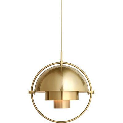 Multi-Lite pendel fra Gubi, designet af Louis Weisdorf. Med sin karakteristiske form skaber denne tidløse pendel et herligt lys i det rum, hvor du vælger at placere den. Lampen passer over sofabordet i stuen eller over spisebordet eller for sig selv. Multi-Line hr en delt yderskærm i cylinderform som kan roteres. Ringen i krom bliver en flot detalje og rammer lampen ind. Når man roterer lampen så kan lyset rettes i forskellige retninger - nedad, opad eller assymetrisk. En messingfarvet ledning i tekstil medfølger samt en balakin i messing medfølger.