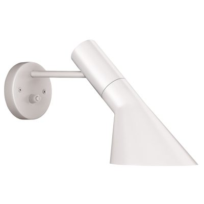 AJ vägglampa från Louis Poulsen designad av Arne Jacobsen.Arne Jacobsens vägglampa formgavs år 1957 för SAS Royal Hotel i Köpenhamn och är ensann klassiker.Lampan ger ett direkt och riktningsbestämt ljus och passar därmed bra som läslampa. Det vippbara armaturhuvudet kan justeras i sidled och bidrar till att optimera ljusspridningen ytterligare. Skärmen är vitlackerad på insidan vilket gerljuset en behaglig spridning.