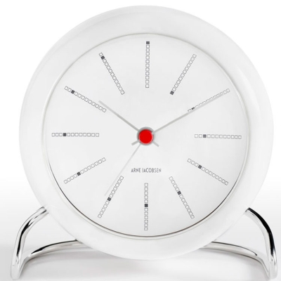 Bordur fra Rosendahl, formgivet af Arne Jacobsen. Et flot ur med et klassiskt udseende og med vækkeurs funktion. En flot og funktionel detalje på sengebordet.