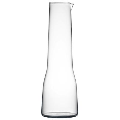 Essence karaffel fra Iittala, designet af Afredo Häberli. Serien med glas, vinglas, champagneglas og karaffel blev formgivet 2001. Idéen med serien er at minimere antal glas samtidigt med at det skal fungere at have forskellige typer af drikkevarer.