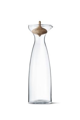 Alfredo karaffel fraGeorg Jensen.Alfredo karaflen er elegant formet i glas og har en speciel prop fremstillet af eg. Karaflenpasser perfekt til juice eller vand og ser flot ud på bordet. Alfredorummer 1 liter og er lavetaf glas.