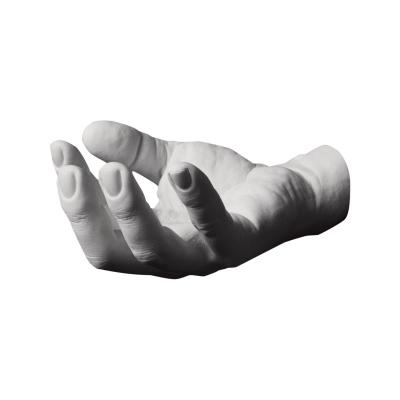Reality Hand Krog Grab fra Areaware, formgivet af Harry Allen. Hånden er en afstøbning af formgiverens egen hånd og den sættes på væggen. Den hjælper dig med at holde orden på dine smykker, nøgler, sæbe eller tøj. Hånden fås i flere forskellige modeller. Hånden er i skala 1:1.