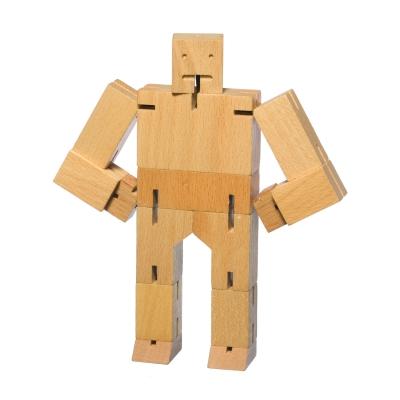 Cubebot fra Areaware, formgivet af David Weeks. Robot legetøj er ofte fremstillet af plastik og kræver batterier - men ikke her! Robotten er inspireret af de Japanske Shinto Kumi-KI puslespil. Cubebot kan posere på mange forskellige måder og hans elastiske lemmer gør at det er svært for ham at brække benene. Når han skal hvile, foldes han sammen til en lille firkant. En klassiker som tåler generationer af leg. Robotten fås i flere modeller.