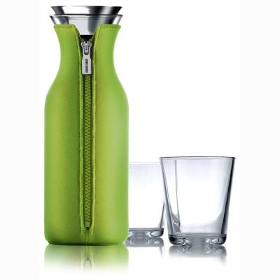 Køleskabskaraffel med 2 glas fra Eva Solo, formgivet af Claus Jensen og Henrik Holbæk.Vandkaraflen passer til de fleste køleskabsdørrer og den er stilren og elegant. Passer perfekt til juise, iste og vand.
