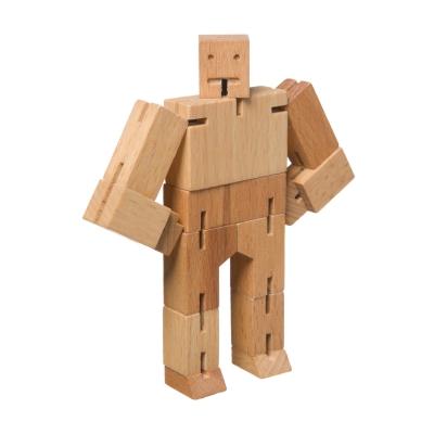 Cubebot fra Areaware, formgivet af David Weeks. Robot legetøj er ofte fremstillet af plastik og kræver batterier - men ikke her! Robotten er inspireret af de Japanske Shinto Kumi-Ki puslespil. Cubebot kan posere på mange måde og hans elastiske arme gør at det er svært for ham at brække benene. Når han skal hvile så pakkes han let sammen til en lille æske. En klassisker som tåler masser af leg. Robotten fås i flere farver.