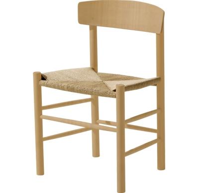 J39 stol fra Fredericia, formgivet af Børge Mogensen. Denne enkle men smukke stol er formgiverens mest fremgangsrige og er en klassisker. En letplaceret stol som kan bruges flere steder. Sædet er håndvævet med naturligt papirgarn og rammen er fremstillet af bøgetræ eller egetræ. Kan fås i ubehandlet, sæbebehandlet eller klarlakeret træ.