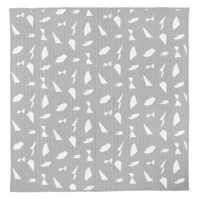 Cut sengetæppe fra Ferm Living. Et flot sengetæppe med fint mønster i toner af gråt og hvidt. Sengetæppet er fremstillet af 100 % Bomuld med polyester fyld. Gør dit soveværelse moderne og læg et grafiskt sengetæppe over sengen.