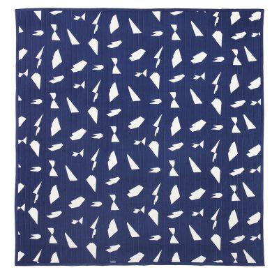 Cut sengetæppe fra Ferm Living. Et flot sengetæppe med fint mønster i toner af blåt og hvidt. Sengetæppet er fremstillet af 100 % Bomuld med polyester fyld. Gør dit soveværelse moderne og læg et grafiskt sengetæppe over sengen.