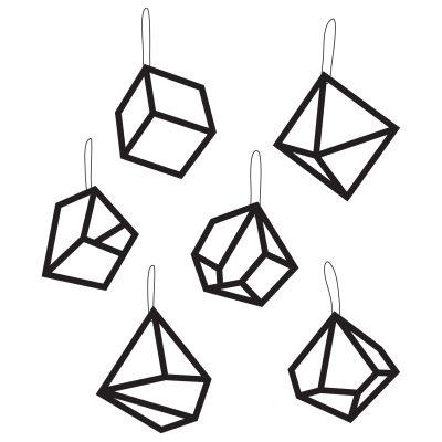 Mobile pynt fra Kristina Dam. En pakke med seks smykke pynteting. De er fremstillede af sort karton og har en grafisk form. Pyntet er flotte at hænge sammen i en gren eller hver for sig. Du kan også bruge pyntet til borddækning og binde dem rundt om din serviet.