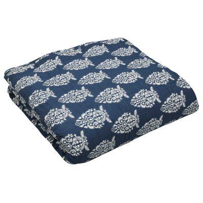 Impression sengetæppe fra Chhatwal & Jonsson. Et dekorativt sengetæppe til sengen som gør din seng til en indretningsdetalje og ikke bare et funktionelt møbel. Sengetæppet er fremstillet af bomuld og har en skøn blå nuance. Tæppet har et håndtrykket og håndquiltet hvidt mønster, hvilket gør at alle sengetæpper er unikke.