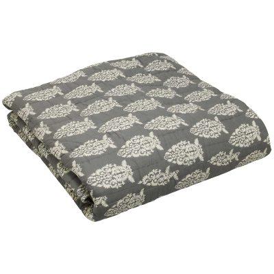 Impression sengetæppe fra Chhatwal & Jonsson. Et dekorativt sengetæppe til sengen som gør din seng til en indretningsdetalje og ikke bare et funktionelt møbel. Sengetæppet er fremstillet af bomuld og har en skøn lysegrå nuance. Tæppet har et håndtrykket og håndquiltet hvidt mønster, hvilket gør at alle sengetæpper er unikke.