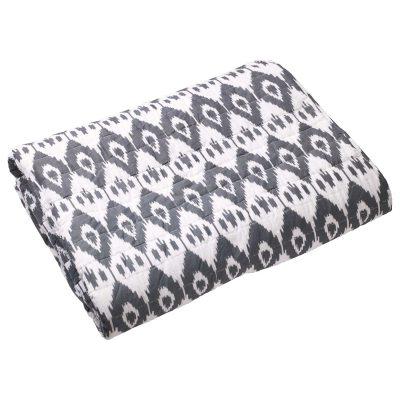 Ikat Jodhpur sengetæppe fra Chhatwal & Jonsson. Et dekorativt sengetæppe til sengen som gør din seng til en indretningsdetalje og ikke kun et funktionelt møbel. Sengetæppet er fremstillet af bomuld og har et flot mønster lignende batik i gråt og hvidt. Sengetæppet har et håndtrykket og håndquiltat mønster, som gør at alle tæpper er unikke.