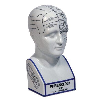 Phrenology Head dekoration fra Authentic Models. En speciel og dekorativ indretningsdetalje formet som et hovedet. Skulpturen er fremstillet af porcelæn og er interessant at indrette med og at kigge på. Hovedet har en tekst om hvordan vores hjerne ser ud. Måske er dette den perfekte gave til en læge? Eller hvorfor ikke indrette dit kontor med dette flotte hovedet?
