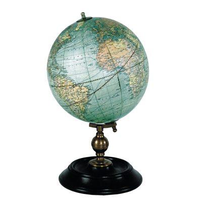 1921 USA Globe globus fra Authentic Models. Lad vores smukke verden indrette dit hjem. Denne dekorative globus er fremstillet af sortbejdset træ og bronze. Lad dets gamle udseende, charme og skønhed få dig at mindes alle dine rejser eller snur på globusen og lad skæbnen avgøre hvor du skal rejse hen næste gang.