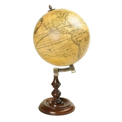 Trianon Globe globus fra Authentic Models. Lad vores smukke verden indrette dit hjem. Denne dekorative globus er fremstillet af bejdset træ og bronze. Lad dets gamle udseende, charme og skønhed få dig at mindes alle dine rejser eller snur på globusen og lad skæbnen avgøre hvor du skal rejse hen næste gang.