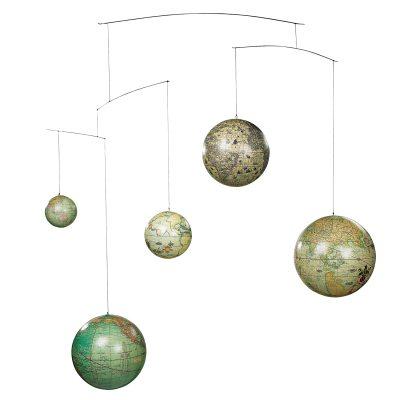Globe mobil fra Authentic Models. En dekorativ mobil fra vores uendelige universum. Mobilen forestiller fem globuser fra fem århundrede. Den er smuk og rør sig i cirkler. Mobilens globuser har fine farver og bliver en flot indretningsdetalje. Placer den over børnesengen og skab et legefyldt indtryk.