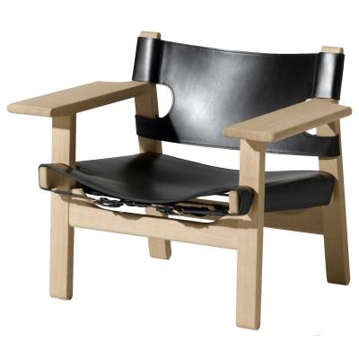 En rejse til Spanien 1958 inspirerede Børge Mogensen til Den Spanske Stol. Stolen er hans mesterlig enkle fortolkning af en traditionel stoltype som findes helt fra Andalusien til det nordlige Indien. Ramme i ubehandlet eller lakeret eg og sæde/ryg i naturfarvet eller sort læder.