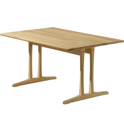 Børge Mogensen hentede inspiration fra den funktionelle shaker-kulturen og resultatet blev et enkelt bord som virkelig tåler hverdagens brug. Bordet fås i bøg eller eg, ubehandlet, sæbebehndlet eller lakeret.